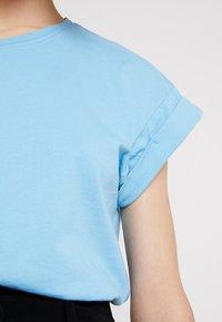 Moss Copenhagen - ALVA TEE - T-shirts - alaskan blu - 5