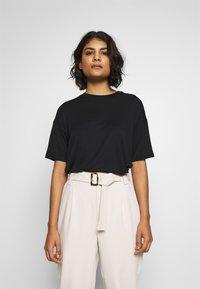 Moss Copenhagen - ANIKA TEE - T-shirts - black - 0