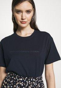 Moss Copenhagen - LIV LOGO TEE - T-shirts med print - space - 5
