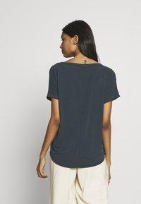 Moss Copenhagen - FENYA TEE - Camiseta básica - outer space - 2