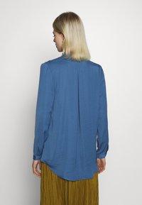 Moss Copenhagen - SEASONAL BLOUSE - Skjorte - blue horizon - 2