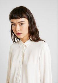 Moss Copenhagen - CADDY BEACH - Button-down blouse - egret - 4