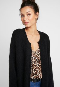 Moss Copenhagen - VOGUE LONG CARDIGAN - Strikjakke /Cardigans - black - 4