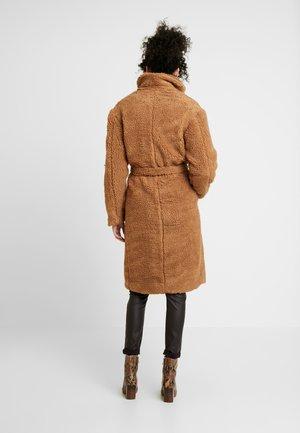 NOLA JACKET - Zimní kabát - chipmunk