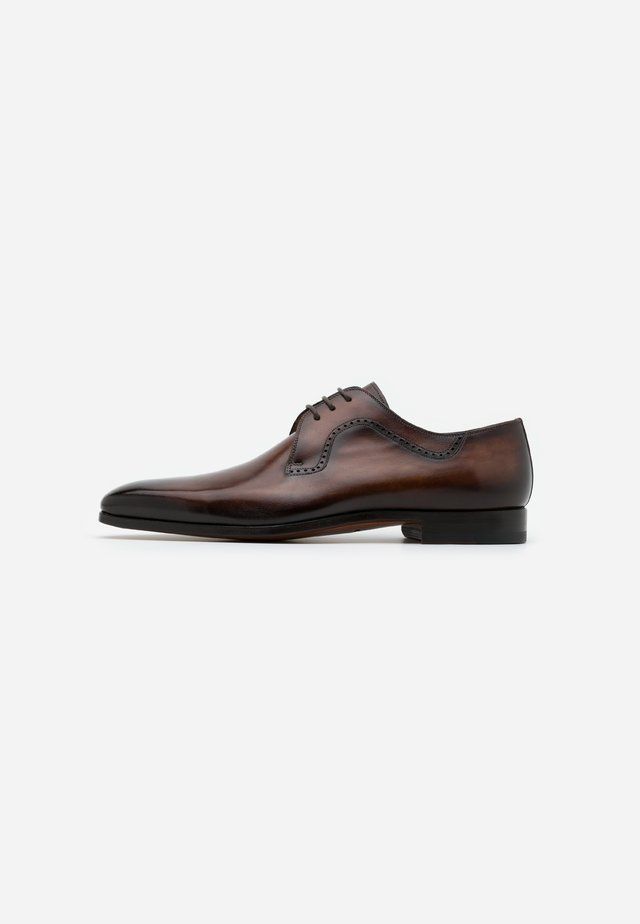 Smart lace-ups - arcade tabaco