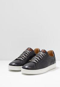Magnanni - STOCK - Sneakersy niskie - gris/conac - 2