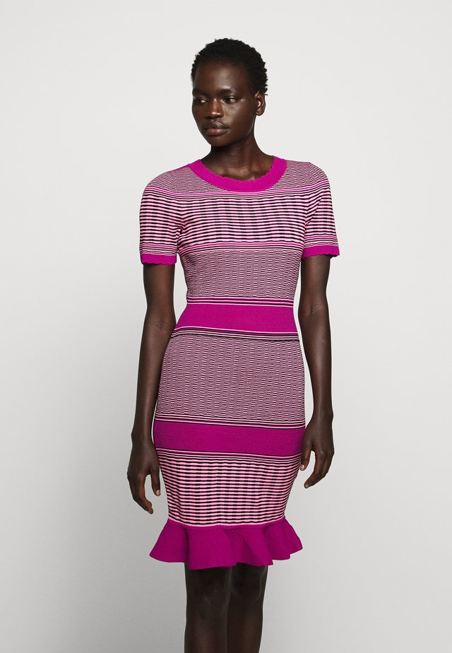 STRIPED WAVE DRESS - Pouzdrové šaty - pink/multi