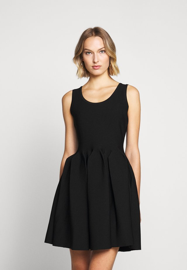 ENGINEERED PLEATS DRESS - Koktejlové šaty / šaty na párty - black