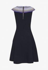 Milly - GEO OTTOMAN FITTED DRESS - Strikket kjole - navy multi - 1