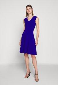 Milly - PEEK A BOO SHOULDER DRESS - Jerseyklänning - cobalt - 0