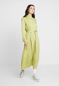 Mads Nørgaard - PRINTED STRETCH DINNE - Sukienka z dżerseju - bright lime - 0
