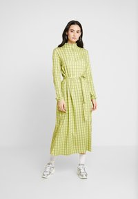 Mads Nørgaard - PRINTED STRETCH DINNE - Sukienka z dżerseju - bright lime - 1
