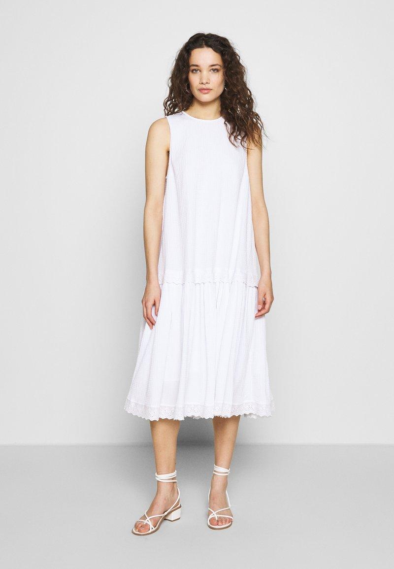 Mads Nørgaard - SEERSUCKER DRISELLO - Denní šaty - white