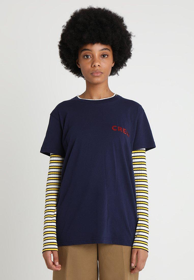 Mads Nørgaard - THOR - T-Shirt print - dark navy/red metallic