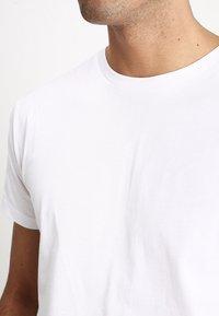 Mads Nørgaard - THOR - T-Shirt basic - white - 3