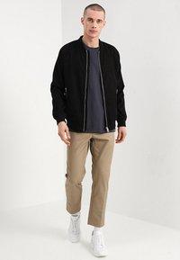 Mads Nørgaard - THOR - T-Shirt basic - dark grey - 1