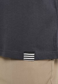 Mads Nørgaard - THOR - T-Shirt basic - dark grey - 5