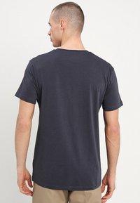 Mads Nørgaard - THOR - T-Shirt basic - dark grey - 2