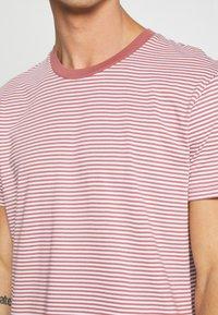 Mads Nørgaard - FAVORITE MINI THOR - T-shirt z nadrukiem - light pink - 4