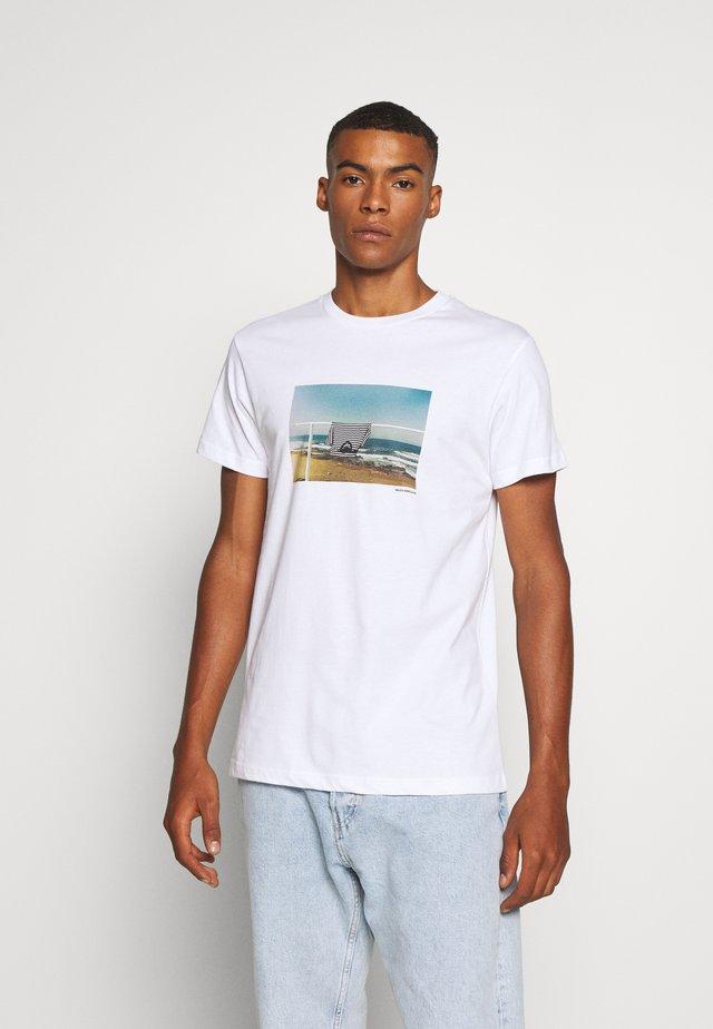 SURF TREN - Triko spotiskem - white