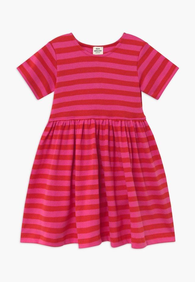 BRETAGNE DAISIA - Stickad klänning - pink /red