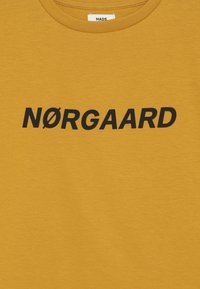 Mads Nørgaard - PRINTED TEE THORLINO - T-shirt imprimé - golden yellow - 2
