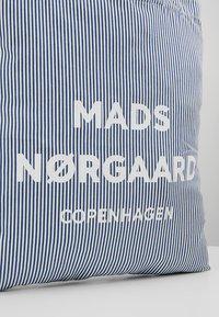 Mads Nørgaard - ATOMA - Shopping Bag - white/blue - 6