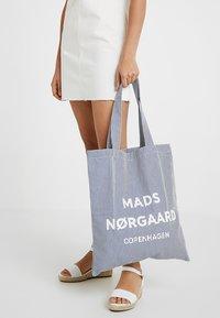 Mads Nørgaard - ATOMA - Shopping Bag - white/blue - 1