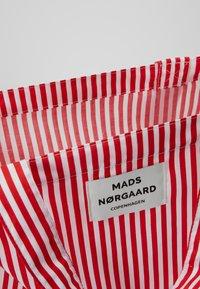 Mads Nørgaard - ATOMA - Shoppingveske - red/white - 4