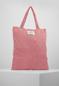 Mads Nørgaard - ATOMA - Shoppingveske - red/white - 0