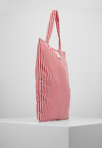 Mads Nørgaard - ATOMA - Bolso shopping - red/white - 3