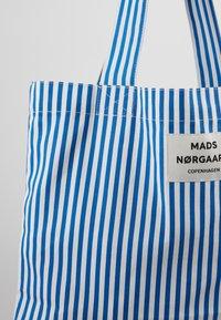 Mads Nørgaard - ATOMA - Shopping Bag - blue/white - 2