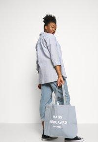 Mads Nørgaard - BOUTIQUE ATHENE - Shoppingveske - grey/white - 1