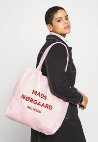 Mads Nørgaard - BOUTIQUE ATHENE - Shoppingveske - rose/red - 1