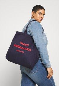 Mads Nørgaard - BOUTIQUE ATHENE - Shoppingveske - navy/red - 1