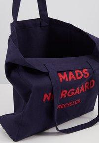 Mads Nørgaard - BOUTIQUE ATHENE - Shoppingveske - navy/red - 4