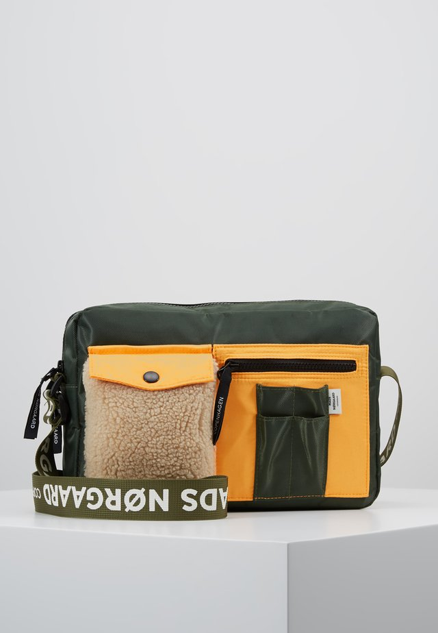 BEL COUTURE CAPPA CARGO - Umhängetasche - army/orange