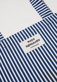 Mads Nørgaard - SOFT ATOMA - Torba na zakupy - navy/white - 2