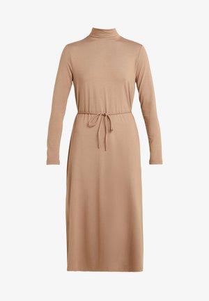 ALIBI - Žerzejové šaty - kamel