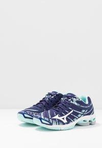 Mizuno - WAVE VOLTAGE - Volleybalschoenen - astral aura/white/blue light - 2