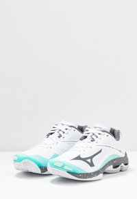 Mizuno - WAVE LIGHTNING Z6 - Volleyballsko - white/dark shadow/aurora blue - 2