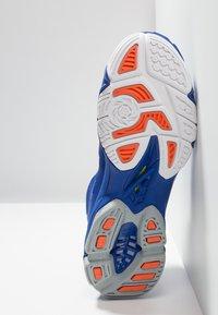 Mizuno - WAVE LIGHTNING Z5 MID - Volleyballschuh - reflex blue/white/nasturtium - 4