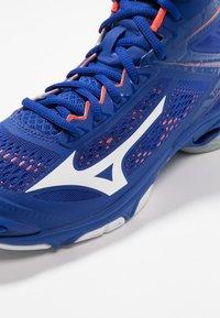 Mizuno - WAVE LIGHTNING Z5 MID - Volleyballschuh - reflex blue/white/nasturtium - 5