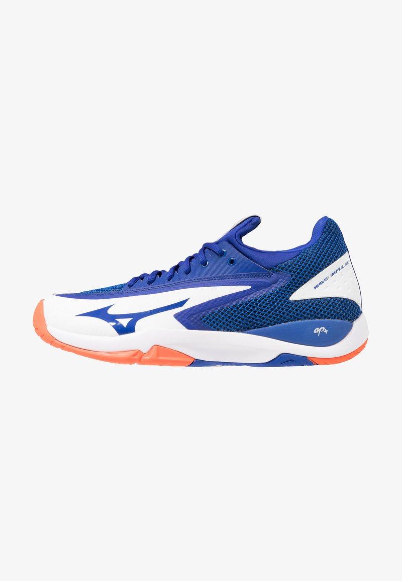 Mizuno - WAVE IMPULSE AC - Multicourt Tennisschuh - white/reflex blue/nasturtium