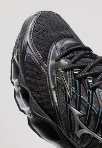 Mizuno - WAVE PROPHECY 8 - Chaussures de running neutres - black/silver/stormy weather - 5