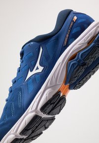 Mizuno - WAVE ULTIMA 11 - Juoksukenkä/neutraalit - true blue/white/dress blues - 5