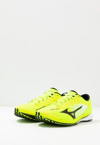 Mizuno - WAVE DUEL - Konkurrence løbesko - safety yellow/black/silver - 2