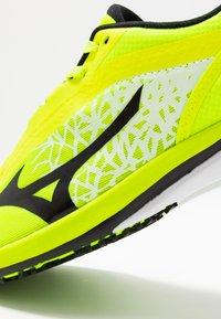 Mizuno - WAVE DUEL - Obuwie do biegania startowe - safety yellow/black/silver - 5