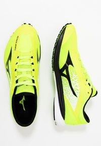 Mizuno - WAVE DUEL - Obuwie do biegania startowe - safety yellow/black/silver - 1