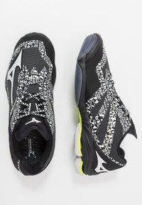 Mizuno - WAVE LIGHTNING Z6 - Volleyballsko - black/white/safety yellow - 1